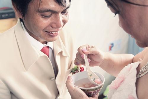 bride feed sweet chinese wedding dessert