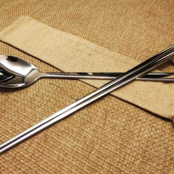 personalized-stainless-steel-chposticks-&-spoon-with-linen-bag-3